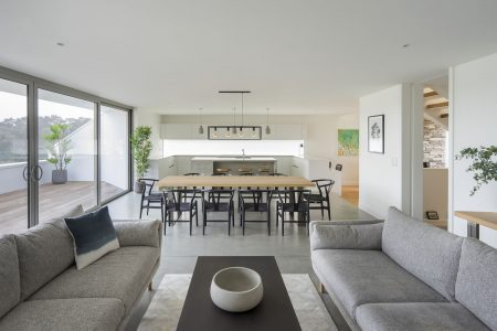 http://Modern%20dining%20area%20with%20two%20sofas